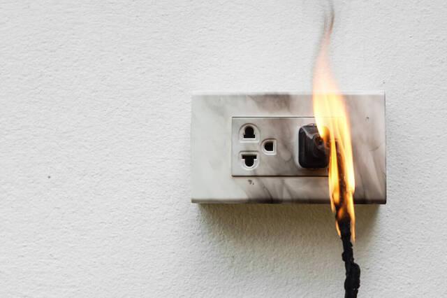電源コードやコンセントからの火災に要注意。ホコリが発火を引き起こす?原因と対策を解説 | moshimo ストック